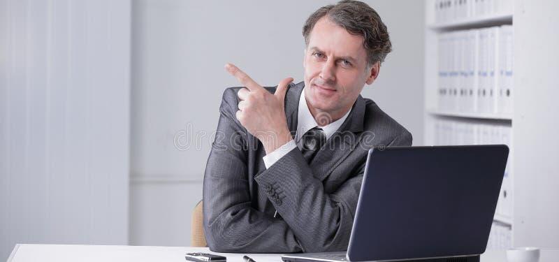 closeup Homem de negócios seguro que aponta no espaço da cópia imagem de stock royalty free