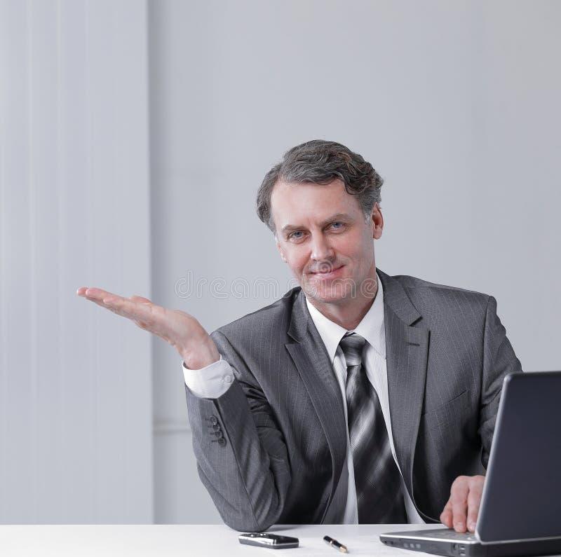 closeup Homem de negócios seguro que aponta no espaço da cópia imagem de stock