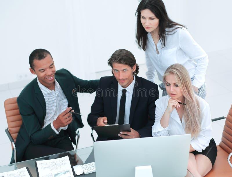 closeup internationellt affärslag som diskuterar affärsfrågor arkivfoton