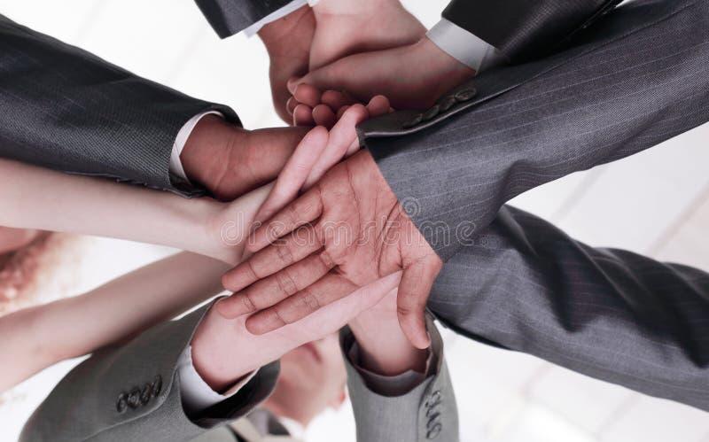 closeup internationellt affärslag som visar deras enhet Begreppet av teamwork fotografering för bildbyråer