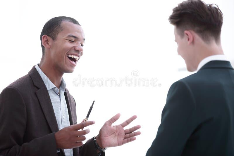 closeup l'homme d'affaires et l'employé discutant des questions de travail image libre de droits