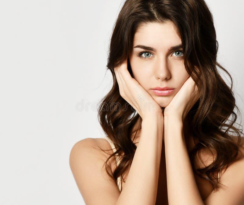 closeup La giovane donna graziosa tiene le sue mani alle orecchie e gli sguardi molto turbati, tristi o deludenti spazio del test fotografie stock