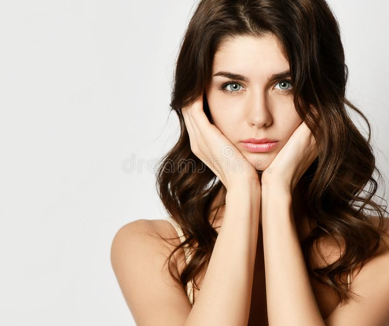 closeup La jeune jolie femme tient ses mains aux oreilles et regards très contrariés, tristes ou déçus l'espace de texte libre photos stock