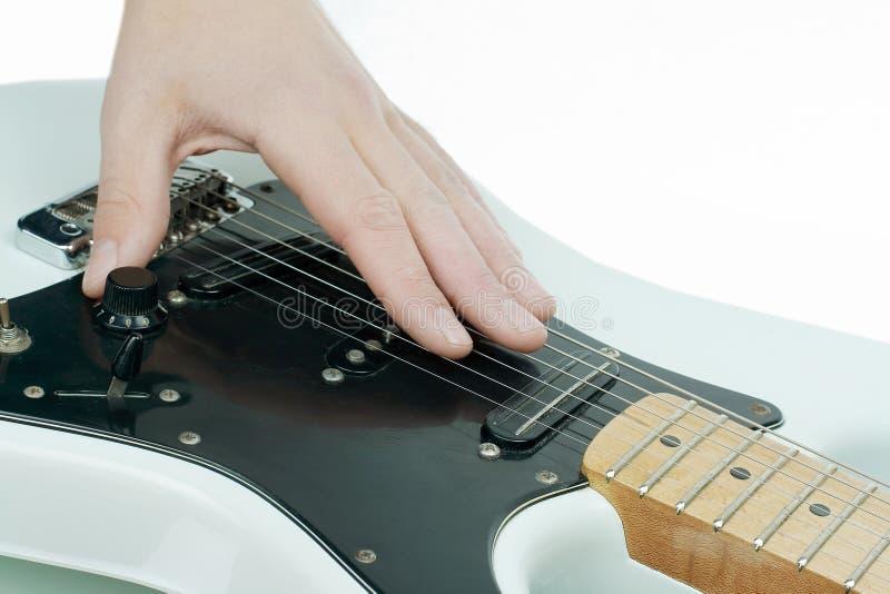 closeup la main du musicien frottant les ficelles d'un guit photos stock