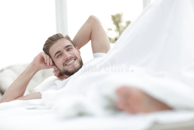 closeup le mannen som vilar i sovrummet arkivfoton