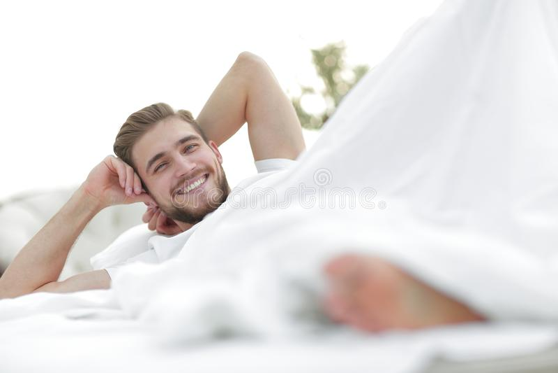 closeup le mannen som vilar i sovrummet arkivbild