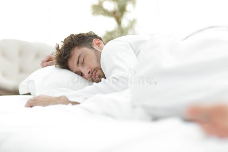 closeup les hommes fatigués dorment solidement sur le lit photographie stock libre de droits