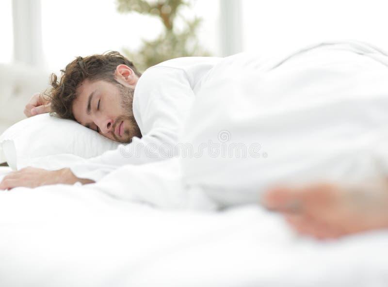 closeup les hommes fatigués dorment solidement sur le lit photographie stock