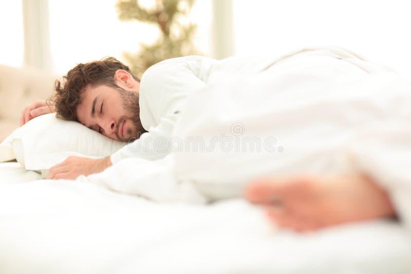 closeup les hommes fatigués dorment solidement sur le lit photos stock