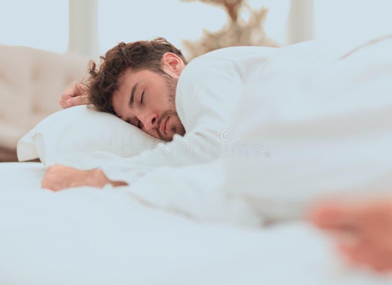 closeup les hommes fatigués dorment solidement sur le lit photo stock