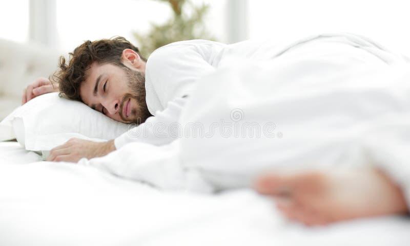 closeup les hommes fatigués dorment solidement sur le lit images stock