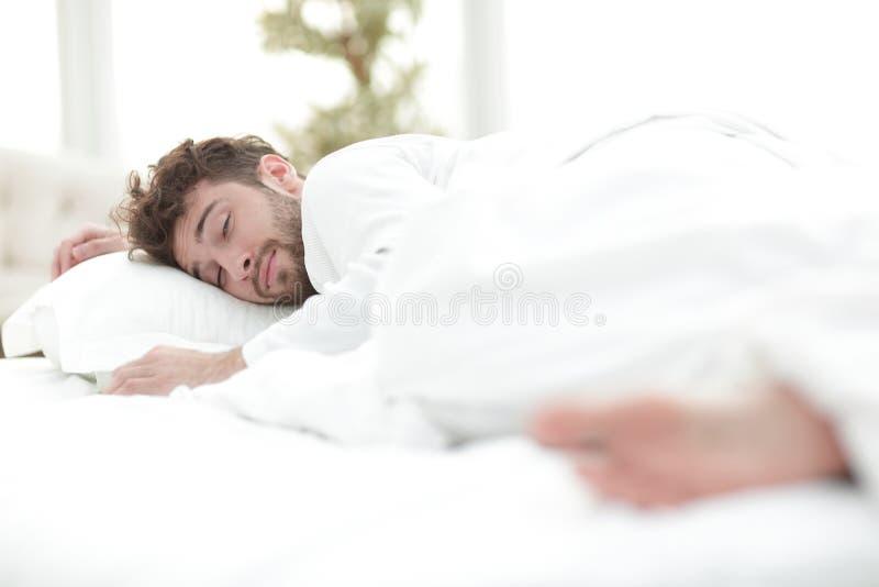 closeup les hommes fatigués dorment solidement sur le lit image stock