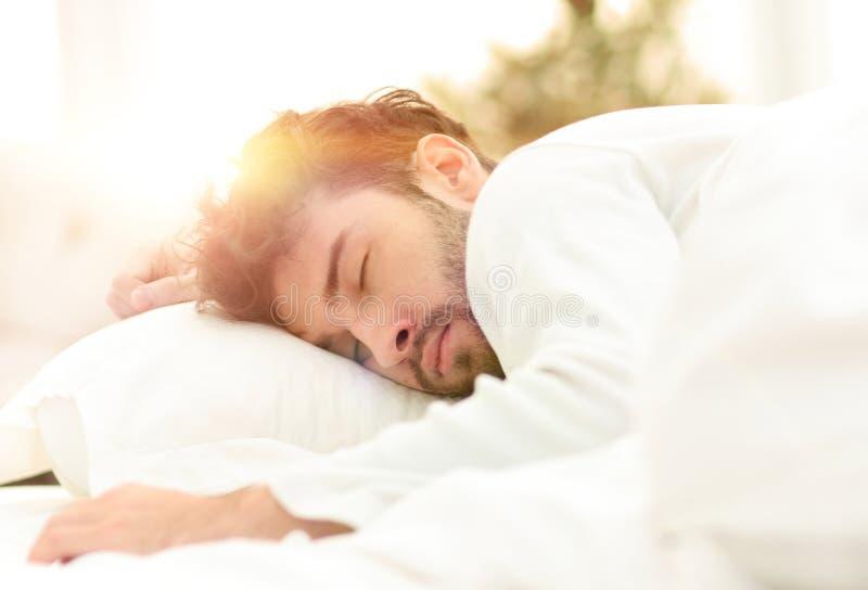 closeup les hommes fatigués dorment solidement sur le lit images libres de droits