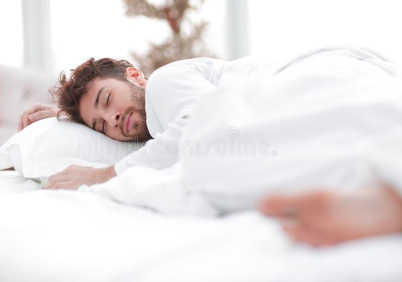 closeup les hommes fatigués dorment solidement sur le lit photos libres de droits