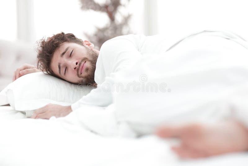 closeup les hommes fatigu?s dorment solidement sur le lit photographie stock libre de droits