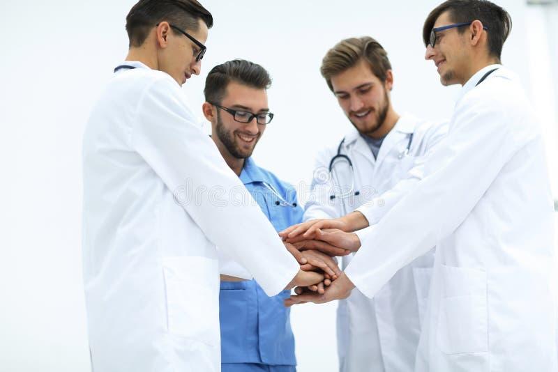 closeup Liten grupp av sammanfogande händer för doktorslag, royaltyfri bild