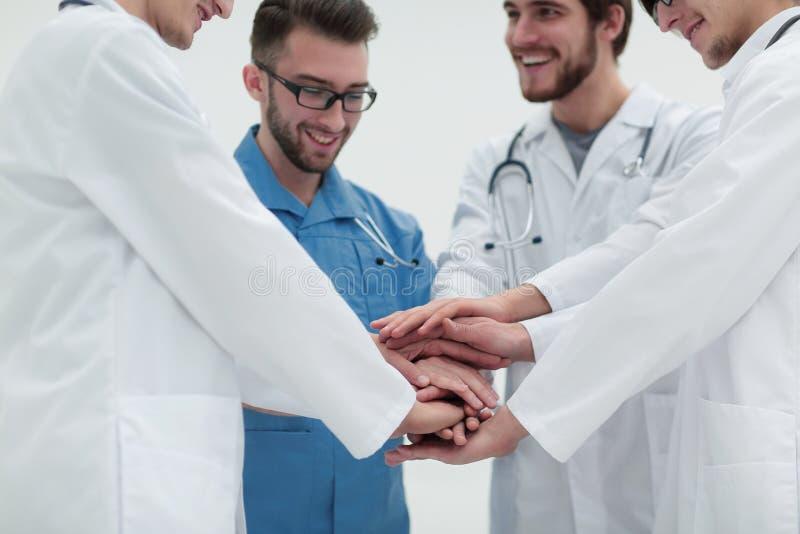 closeup Liten grupp av sammanfogande händer för doktorslag, arkivfoton