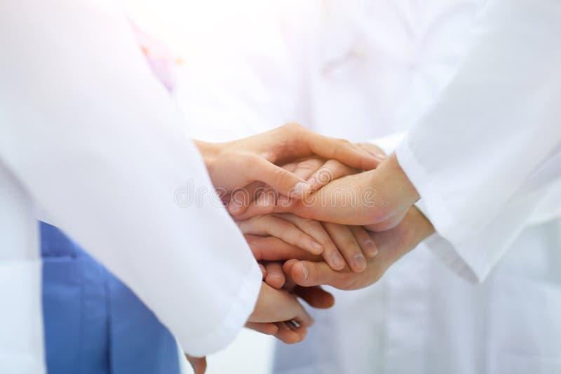 closeup Liten grupp av sammanfogande händer för doktorslag, royaltyfria foton
