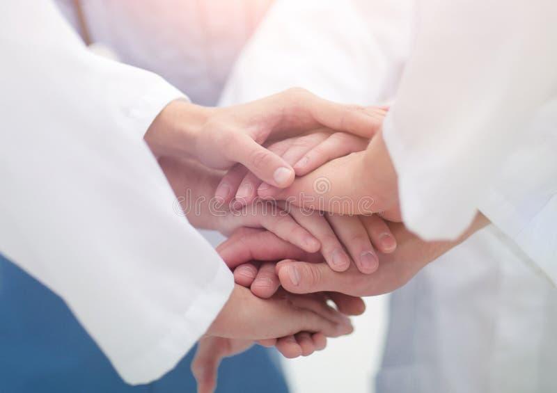 closeup Liten grupp av sammanfogande händer för doktorslag, royaltyfri fotografi
