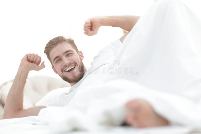 closeup lycklig man som vilar i sovrummet royaltyfria bilder