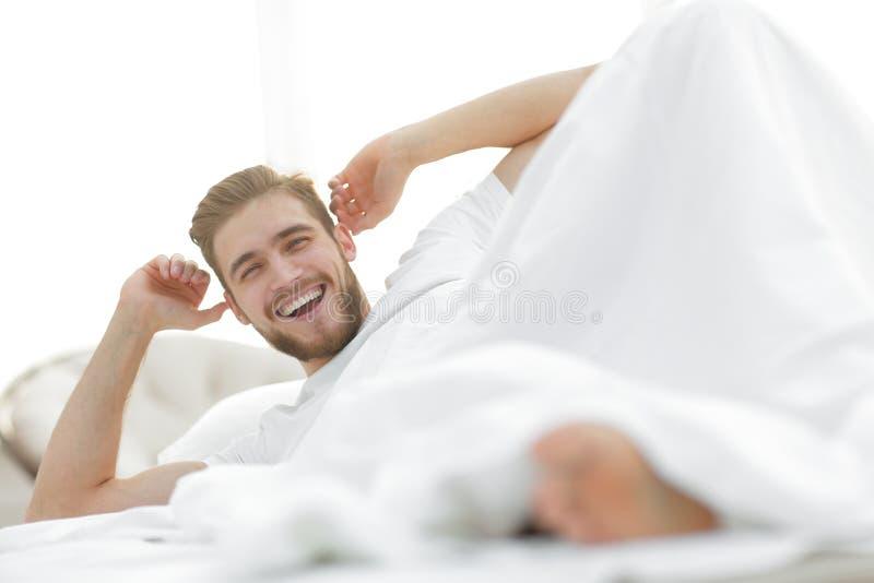 closeup lycklig man som vilar i sovrummet royaltyfria foton