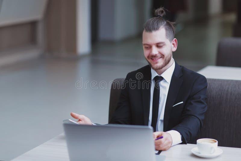 closeup Lyckligt affärsmansammanträde på hans skrivbord royaltyfri foto