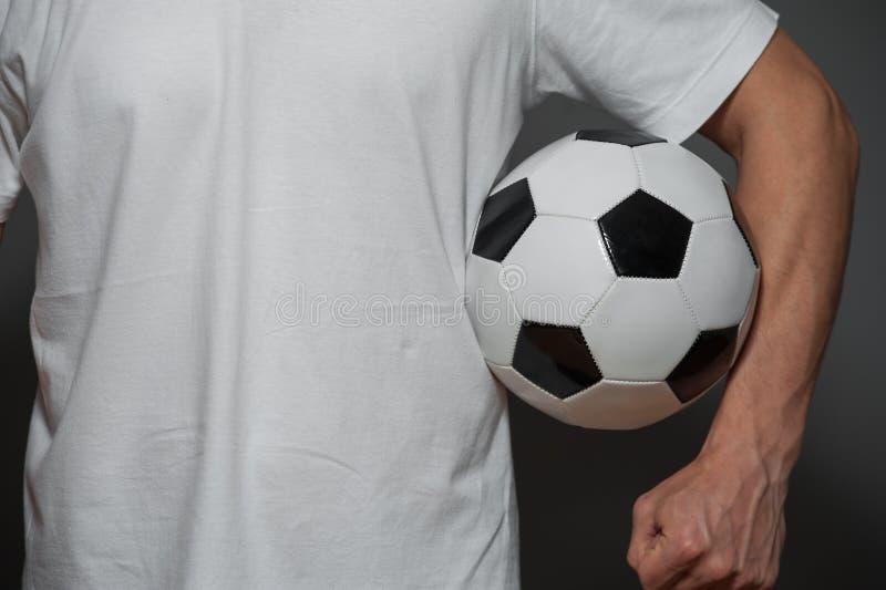 Closeup - manlig fotboll eller fotbollsspelare med bollen arkivfoton