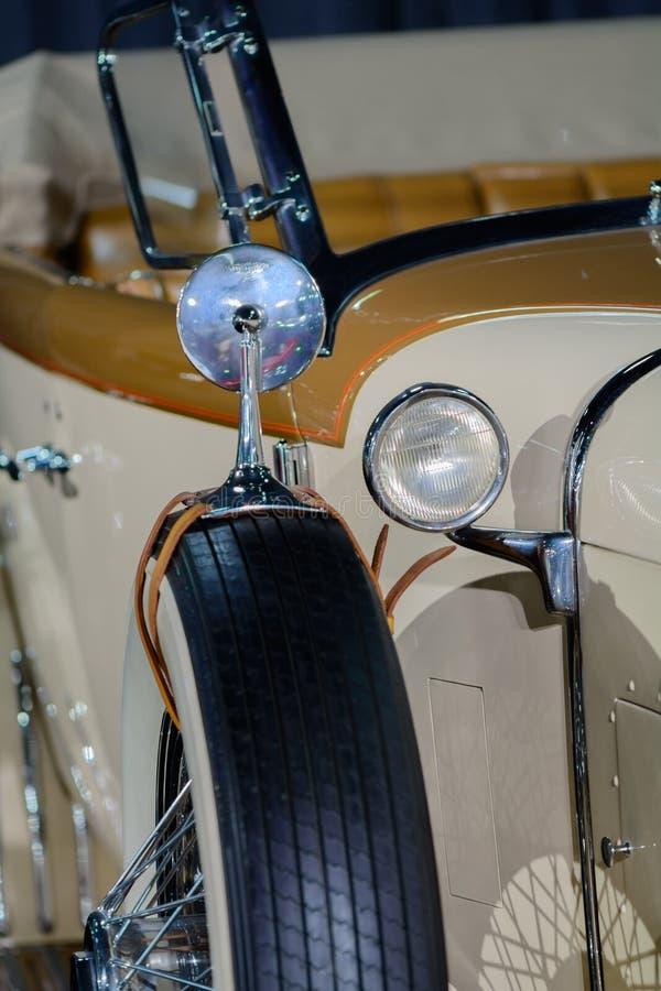 Closeup med den retro bilen Vertikal bakgrund med delen av beautif arkivfoton