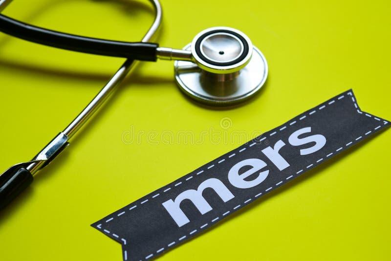 Closeup Mers i franskt med stetoskopbegreppsinspiration på gul bakgrund arkivfoto