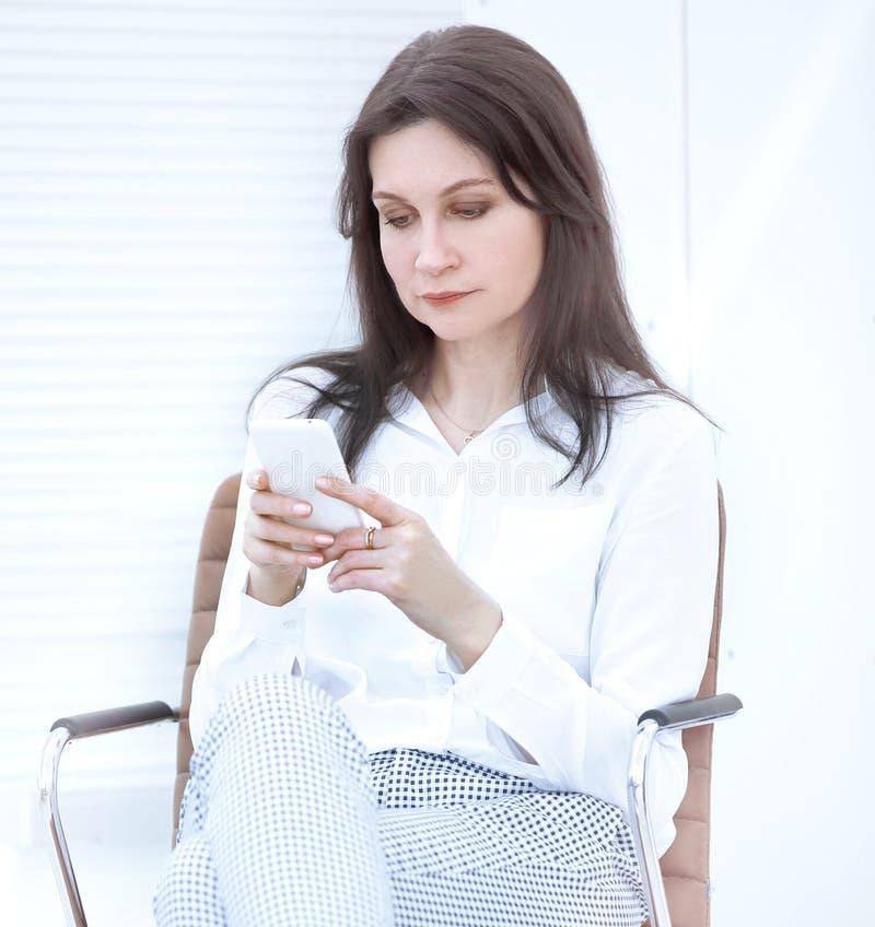 closeup modern affärskvinna läsande SMS på smartphonen Folk och teknologi arkivbild