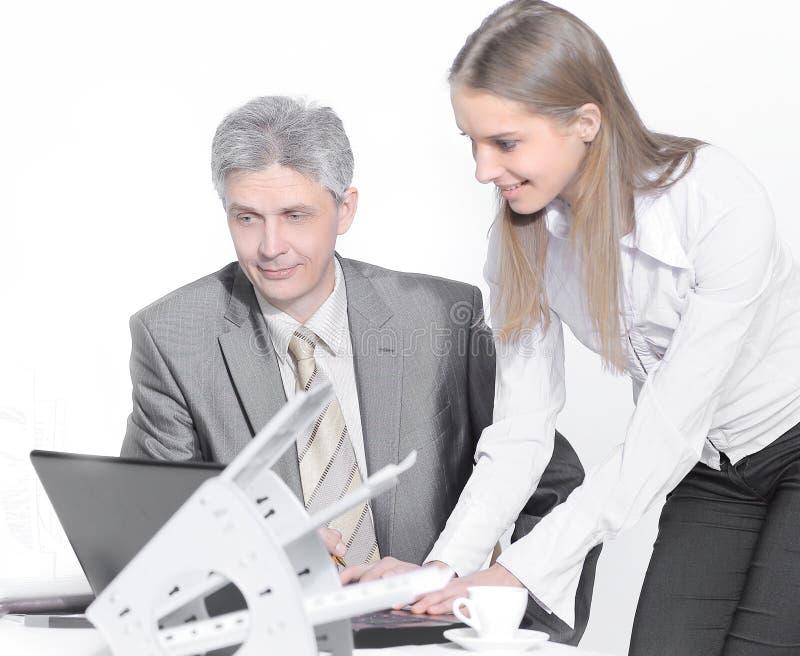 closeup os empregados do ` s da empresa para discutir edições de negócio foto de stock royalty free