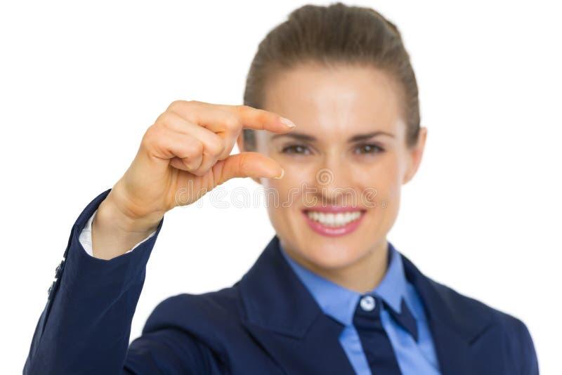 Closeup på affärskvinnan som visar små risker royaltyfria bilder