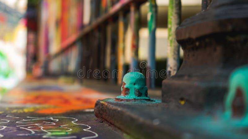 Closeup på den målade skruven - grafittigata, Ghent Belgien royaltyfri bild