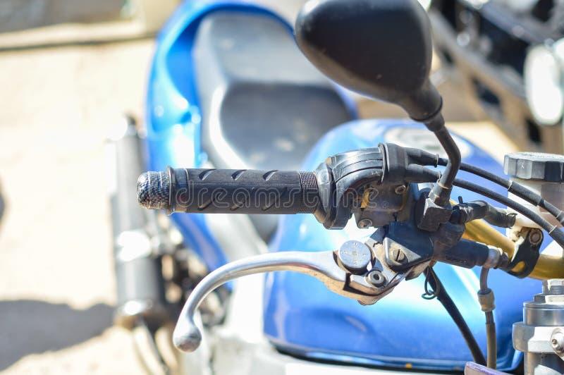 Closeup på styret av en motorcykel royaltyfria bilder