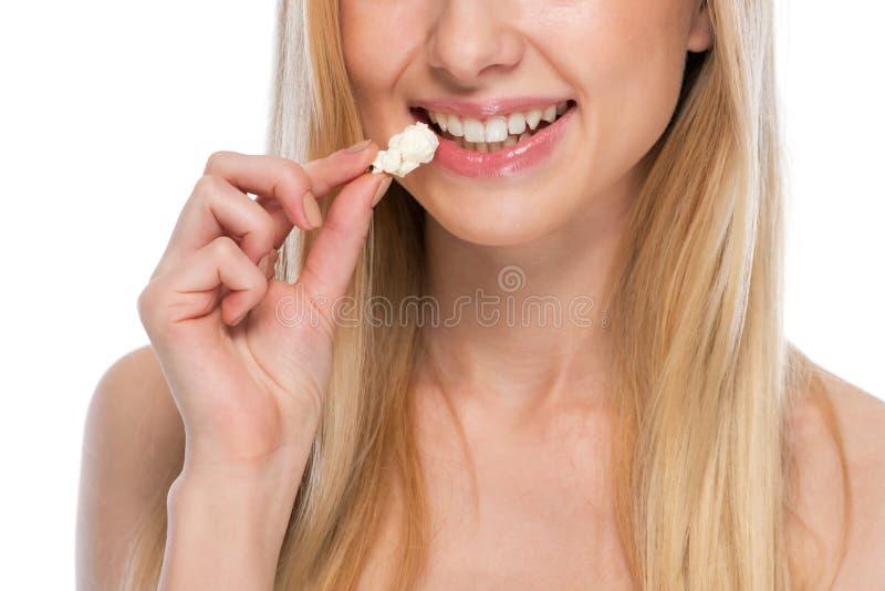 Closeup på tonåringpopcorn arkivfoto