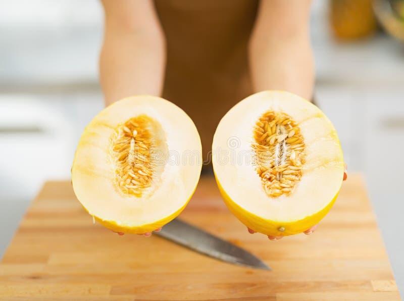 Closeup på två skivor av melon i hand av kvinnan fotografering för bildbyråer