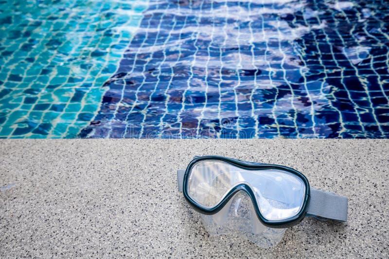 Closeup p? snorkelmaskering med simbass?ngbakgrund royaltyfri foto