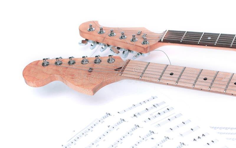 closeup partitura e chitarra su un fondo bianco fotografie stock