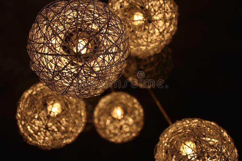 Closeup Photo des lampes brunes rondes Twig Pendant photographie stock