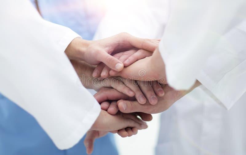 closeup Piccolo gruppo di prender per manosi del gruppo di medico, fotografie stock