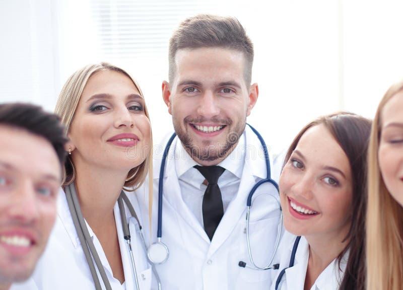 closeup Portrait d'un docteur et d'une équipe médicale photo libre de droits