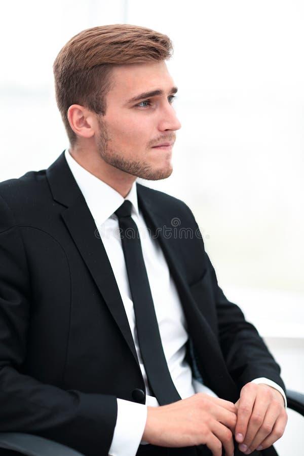 closeup retrato de um homem de negócios que senta-se em uma cadeira foto de stock