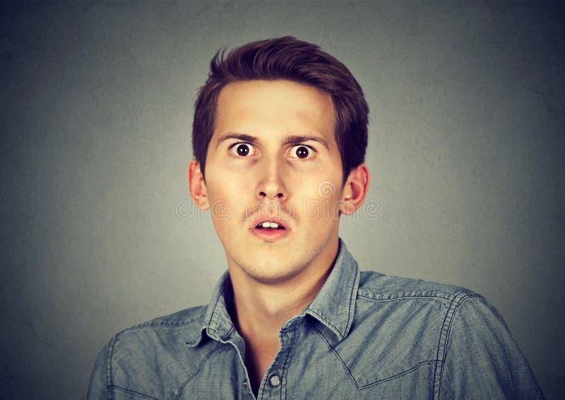 Closeup skrämd skrämd ung man royaltyfria bilder