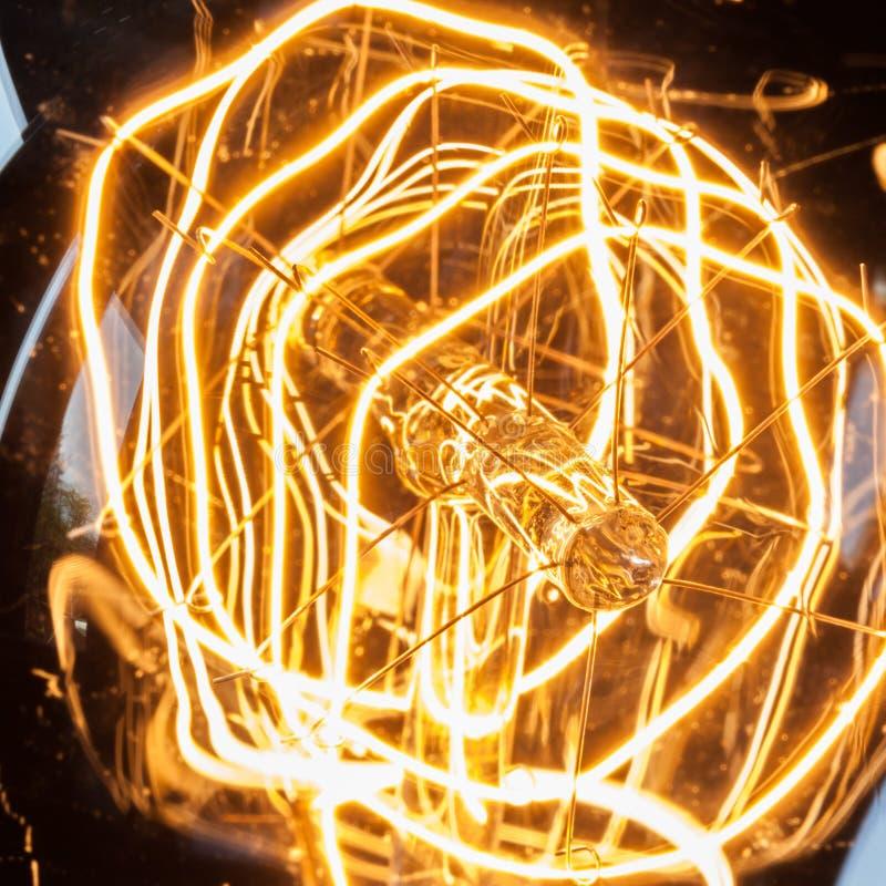 Closeup som kretsar glödtråden av tappningedison den ljusa kulan arkivfoto