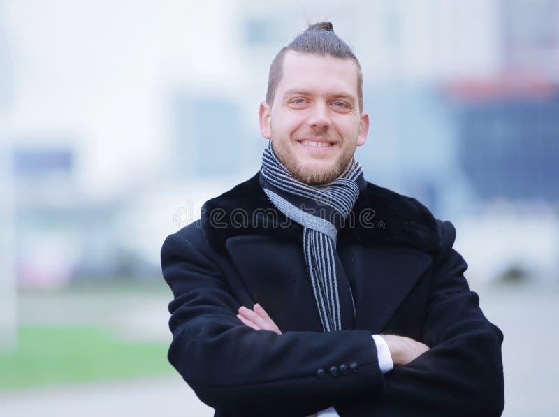 closeup stående av en lyckad man på suddig bakgrund royaltyfri bild