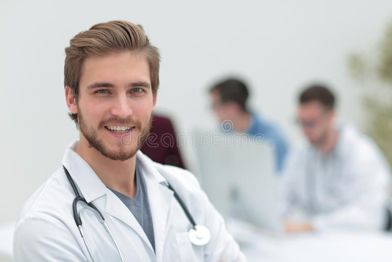 closeup Stående av en stilig doktor arkivfoto
