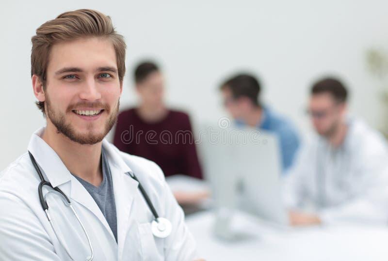 closeup Stående av en stilig doktor arkivbilder