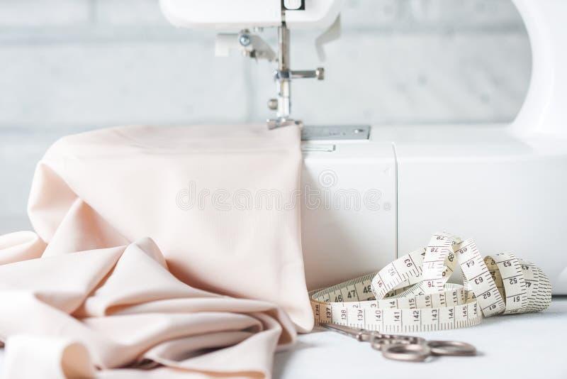 Closeup symaskinen och objektet av kläder royaltyfri bild