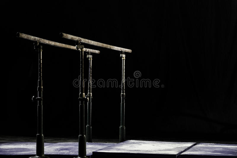 closeup Talcium pulver över gymnastisk barr bars gymnastisk parallel Isolerat på svart bakgrund, royaltyfria foton