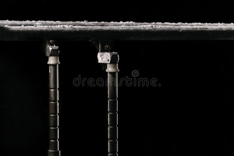 closeup Talcium pulver över gymnastisk barr bars gymnastisk parallel Isolerat på svart bakgrund med dimma, arkivbilder